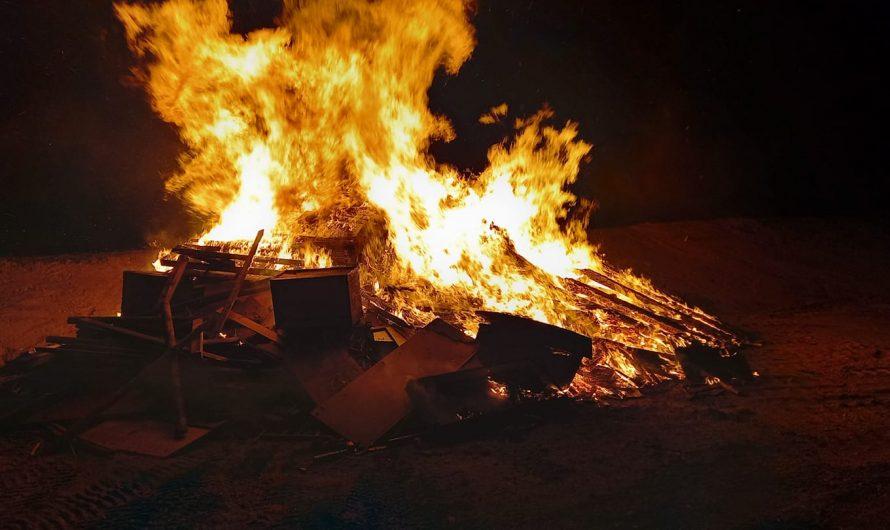 Müllstapel-Brand droht auf Wald überzugreifen